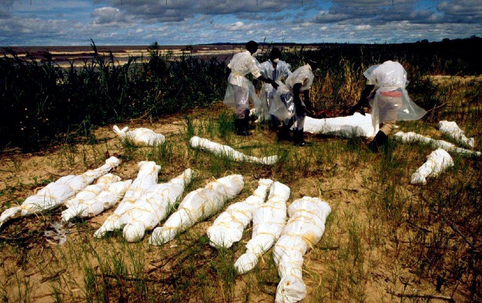 La ausencia de una reconciliación entre los distintos partidos de Ruanda y la falta de respuesta de la comunidad internacional hicieron que la tragedia fuera aún más cruel. La capacidad de la ONU de reducir el sufrimiento humano en Ruanda se vio muy constreñida por la negativa de los Estados miembros a enviar tropas adicionales. En la imagen, pescadores ugandeses amontonan cadáveres en el pueblo de Kasensero, el 20 de mayo de 1994. Los cuerpos fueron transportados por el río Akagera desde Ruanda hasta el lago Victoria.