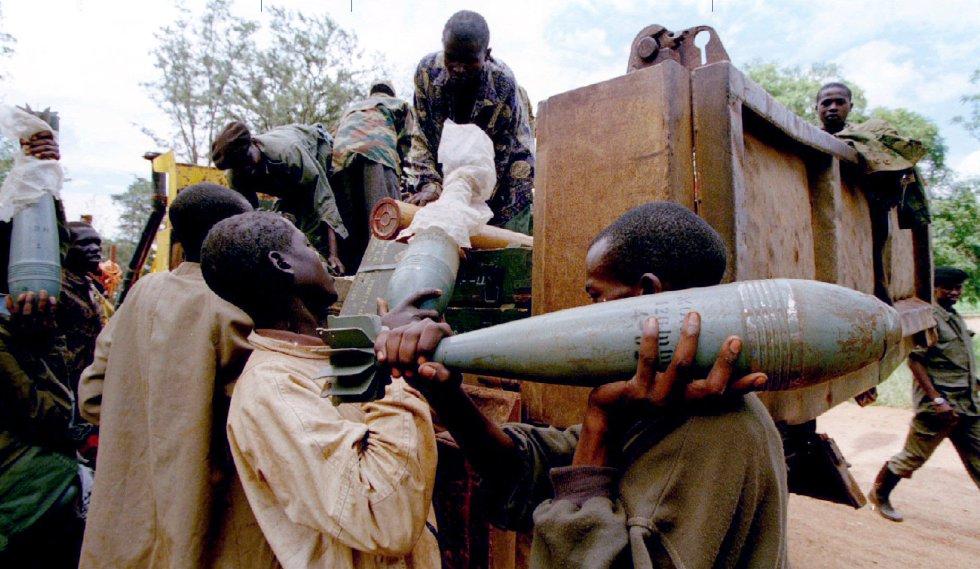 Las matanzas continuaron hasta principios de julio, cuando más de un millón y medio de ruandeses, sobre todo hutus, huyeron a Zaire (actual República Democrática del Congo), Tanzania y Burundi ante el avance de las fuerzas del FPR, que acabó ocupando Kigali y casi todo el país. En la imagen, rebeldes del Frente Patriótico Ruandés cargan morteros y otras municiones tras arrebatar los cuarteles de Kanombe a las tropas del Gobierno, el 23 de mayo de 1994.