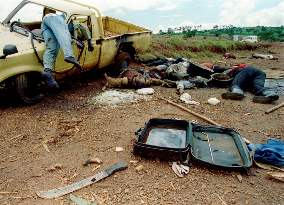 Cadáveres de refugiados sorprendidos en plena huida yacen a lo largo de una carretera, a unos 70 kilómetros al norte de la frontera entre Ruanda y Tanzania, el 8 de mayo de 1994.