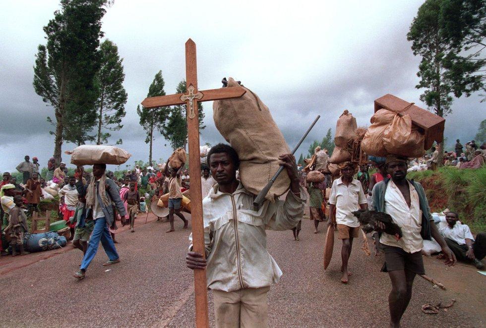 Después de la masacre de sus tropas, Bélgica retiró al resto de sus fuerzas, seguida por otros países, lo que llevaría a que el 21 de abril la UNAMIR (Misión de Asistencia de Naciones Unidas para Ruanda, en sus siglas inglesas) se viera obligada a reducir sus efectivos. En la imagen, un ruandés de la etnia hutu con una cruz huye junto a decenas de personas hacia la frontera de Tanzania desde el campamento de refugiados en Magara, cerca de la ciudad de Ngozi (norte de Burundi), el 31 de marzo de 1995.