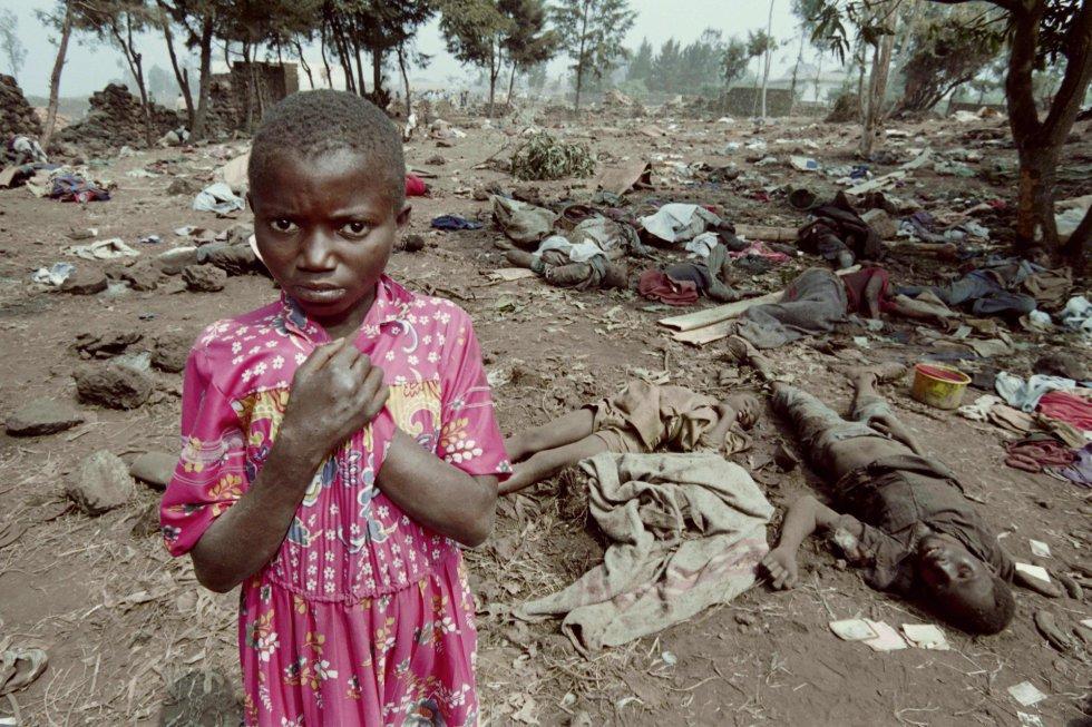 Una niña mira al fotógrafo entre los cadáveres de compatriotas pisoteados en la frontera oriental de Goma, antiguo Zaire, el 7 de abril de 2019.