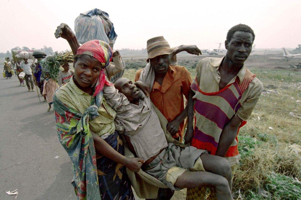 Los hutus atribuyeron el magnicidio a los tutsis del Frente Patriótico Ruandés (FPR), movimiento guerrillero con el que habían librado una guerra civil intermitente desde 1990. En la imagen, un anciano ruandés, agotado y hambriento, es llevado por familiares a un campamento de refugiados cerca del aeropuerto de Goma (República Democrática del Congo), el 7 de abril de 2019.