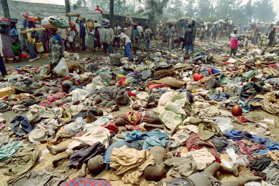 La mayoría de las víctimas fueron tutsis, aunque también fueron exterminados hutus, la etnia a la que pertenecían los autores de la matanza, soldados del Ejército y miembros de la milicia extremista Interahamwe (los que matan juntos). En la imagen, refugiados ruandeses pasan junto a los cadáveres de un centenar de personas, cuyos restos fueron pisoteados en la ciudad fronteriza de Goma (entonces Zaire; hoy República Democrática del Congo), mientras huyen de la última ofensiva del Frente Patriótico, el 18 de julio de 1994.