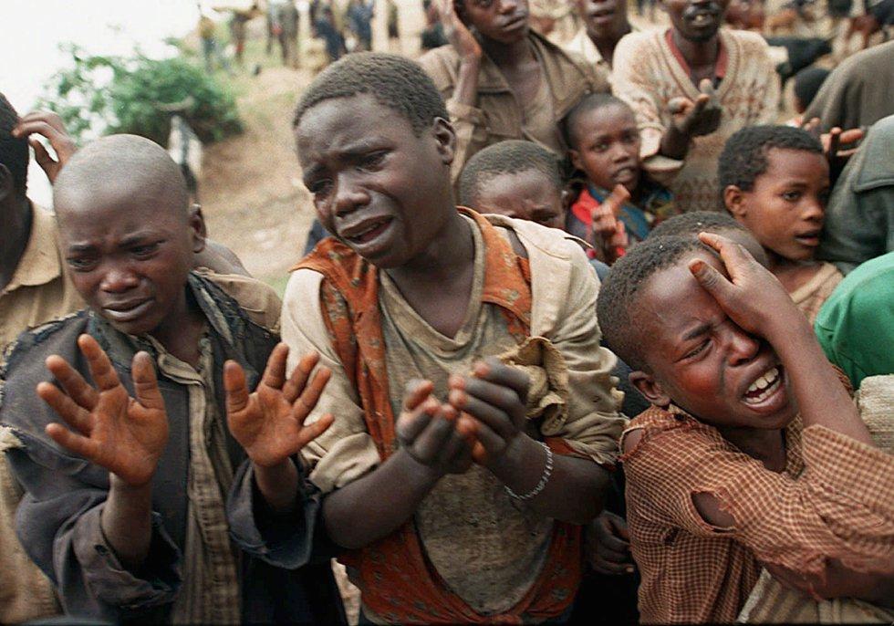 Niños ruandeses imploran a soldados de Zaire que les dejen cruzar la frontera para reunirse con sus madres, que habían pasado poco antes, 20 de agosto de 1994.