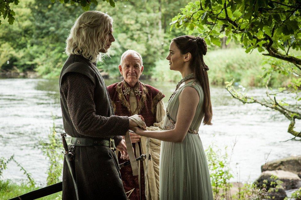 Es la duda que todo lector y espectador tuvo desde el primer capítulo de la serie (o las primeras páginas del libro). Nosotros ya lo hemos descubierto. Rhaegar Targaryen y Lyanna Stark se casaron para tener a su hijo de manera legítima. Por lo tanto, Jon Nieve no es un bastardo, sino Aegon Targaryen. Ahora es el momento de que Bran Stark y Samwell Tarly cuenten la verdad a Jon. ¿Llegarán a tiempo?
