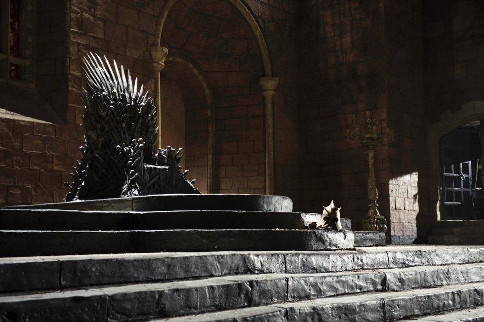 É a questão-chave para os telespectadores, embora na realidade possa não ser tão relevante. Nela está baseada até mesmo a campanha promocional de 'Pelo trono' da HBO. Mas pouco importará quando o Rei da Noite atrair todas as suas tropas para Westeros. O trono será então a última preocupação. Aquele trono de espadas pontiagudas era sempre uma desculpa para dizer outras coisas, um macguffin pelo qual seus protagonistas lutavam. Mas não o mais relevante, simplesmente o caminho para avançar os enredos. As casas de apostas, no entanto, são claras: eles acreditam que Bran vai ganhar (embora pareça estranho, é seguido por Sansa). Os leitores do EL PAÍS estão apostando, por enquanto, em Daenerys, seguida de perto por Jon Snow. Eles governarão juntos como Targaryen e restabelecerão a antiga ordem?