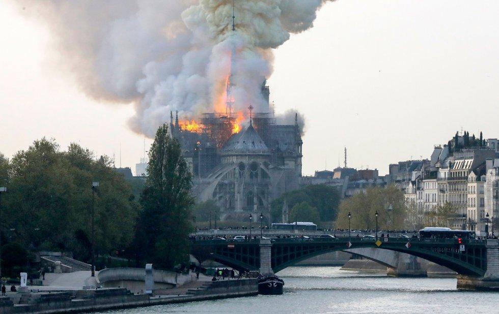 """Segundo os bombeiros o incêndio está """"potencialmente vinculado"""" às obras de renovação do edifício, o monumento histórico mais visitado da Europa."""