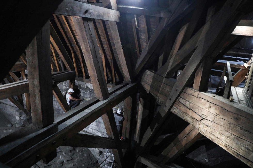 Foto del 26 de junio del año pasado, en la que se puede apreciar el estado del interior de la catedral de Notre Dame en la zona donde se estaban llevando a cabo los trabajos de restauración, en una de las partes más antiguas y dañadas. Las primeras hipótesis relacionan con estas obras el devastador incendio que ha sufrido el monumento en la tarde de este lunes.