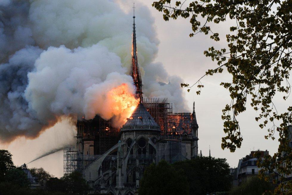 La aguja de Notre Dame, que se incorporó a la catedral en el siglo XIX, ha caído a causa del incendio.