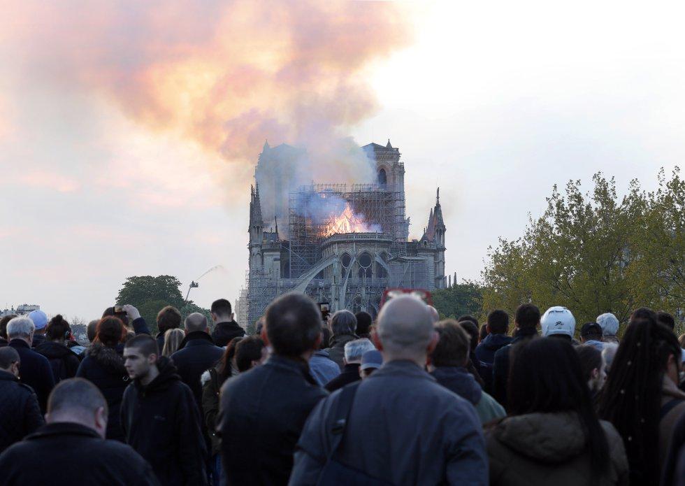 Una multitud observa el incendio en la catedral.