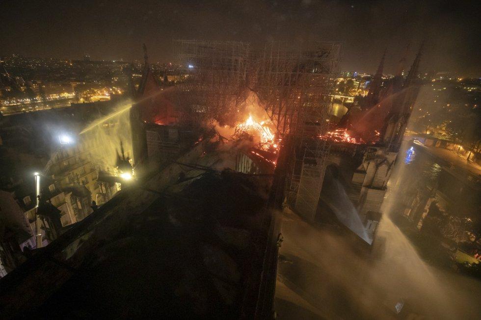 Vista de la quema de la catedral de Notre Dame, este lunes.