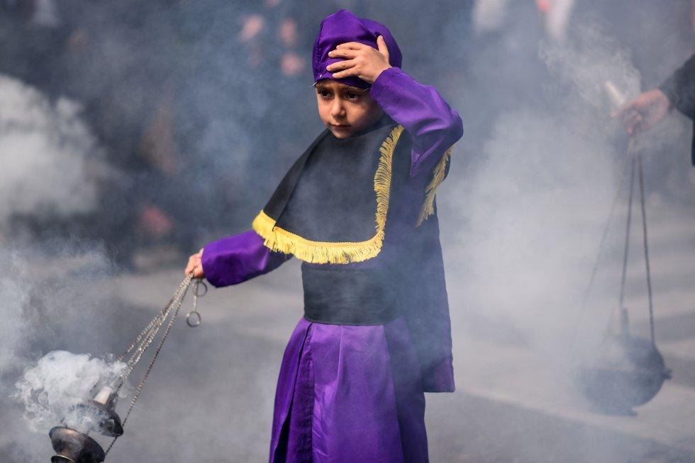 Un niño quema incienso en la procesión de Jesús de Nazaret, el 16 de abril de 2019, en Ciudad de Guatemala.
