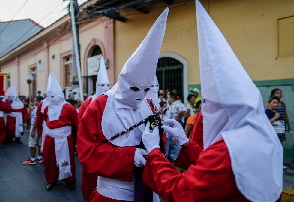 """Fieles católicos participan en la procesión del """"Jesús del Gran Poder"""" durante la Semana Santa, en la iglesia La Merced en Granada, a unos 48 kilómetros de Managua, Nicaragua, el 16 de abril de 2019."""