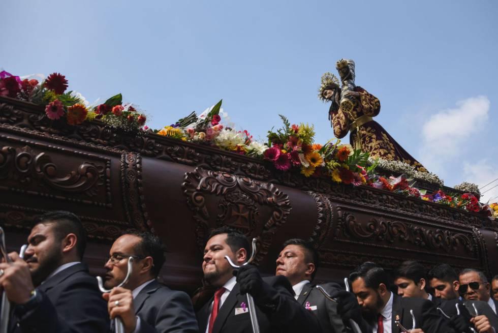 La imagen de Jesús de Nazaret es sacada en procesión por las calles de la ciudad de Guatemala, el 16 de abril de 2019.