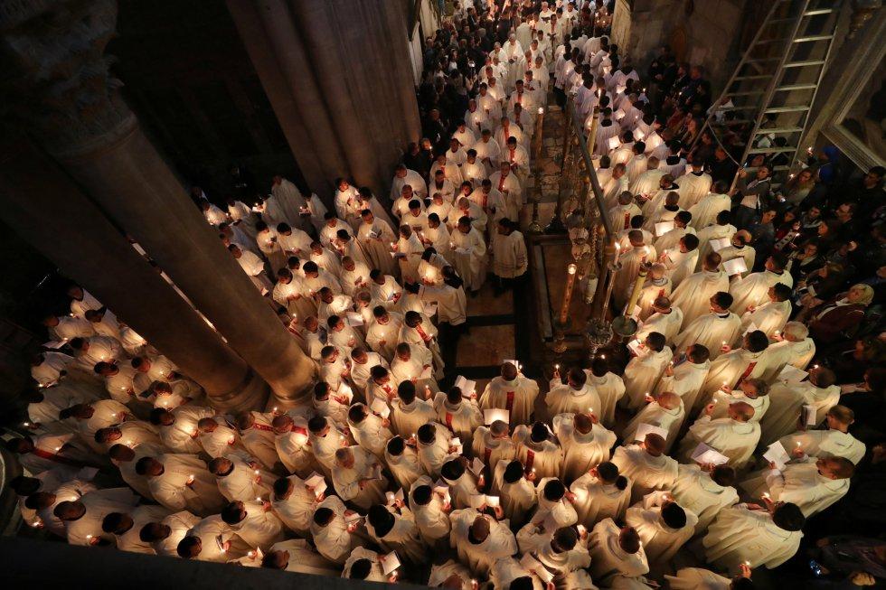Una multitud de fieles participa en una procesión celebrada con motivo del lavado de pies en la iglesia del Sagrado Sepulcro, en Jerusalén, el 18 de abril de 2019.