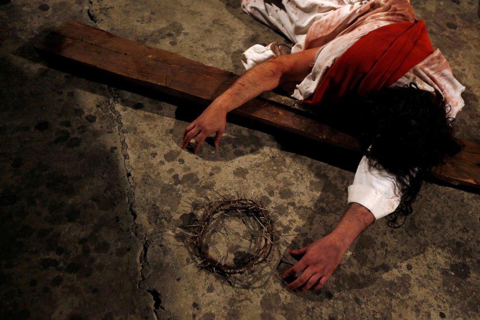 Un actor caracterizado como Jesucristo participa en la representación de La Pasión, en Santa Venera (Malta), el 17 de abril de 2019.