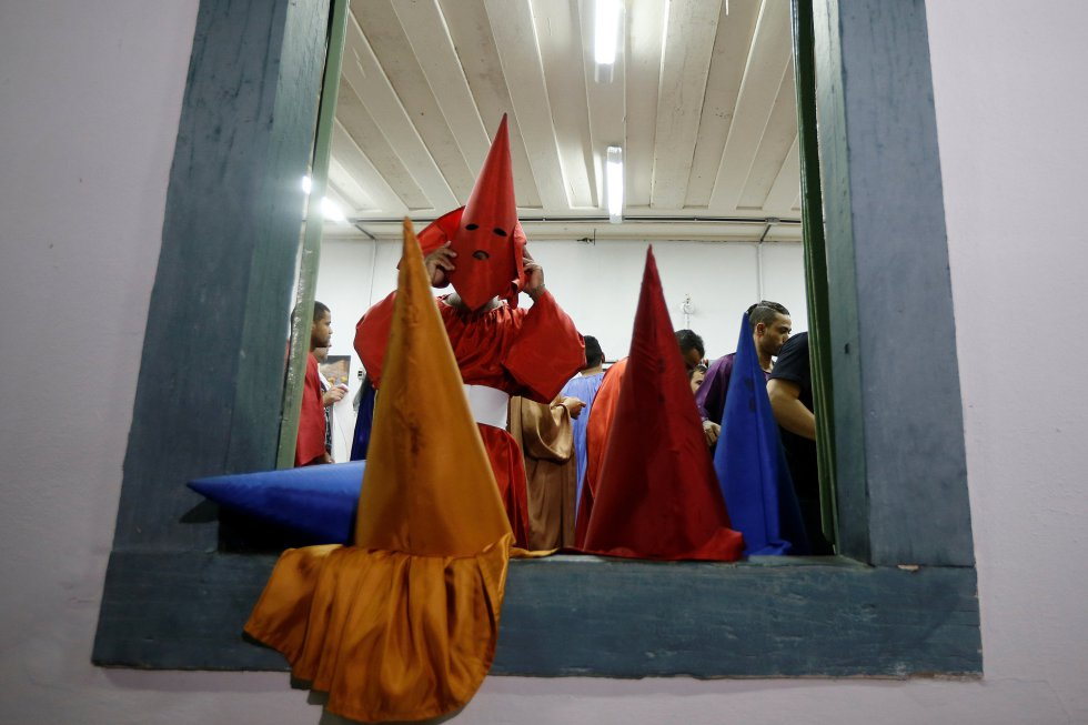 Un grupo de penitentes se prepara para participar en la procesión de las antorchas, en Goias Velho, al oeste de Brasilia (Brasil), el 17 de abril de 2019.