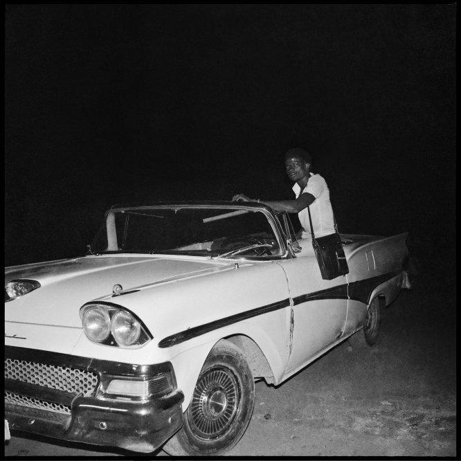 Um jovem em um Ford Fairlane, 1966