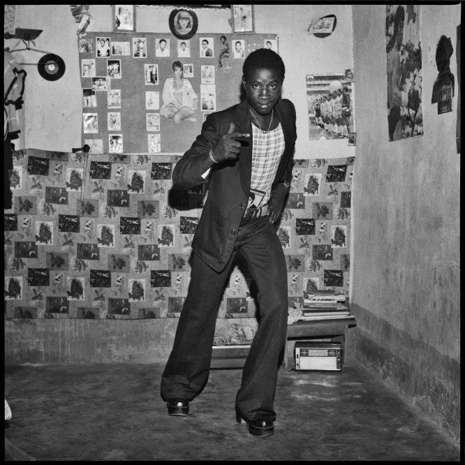 Malian com botas de plataforma brilhantes, 1975