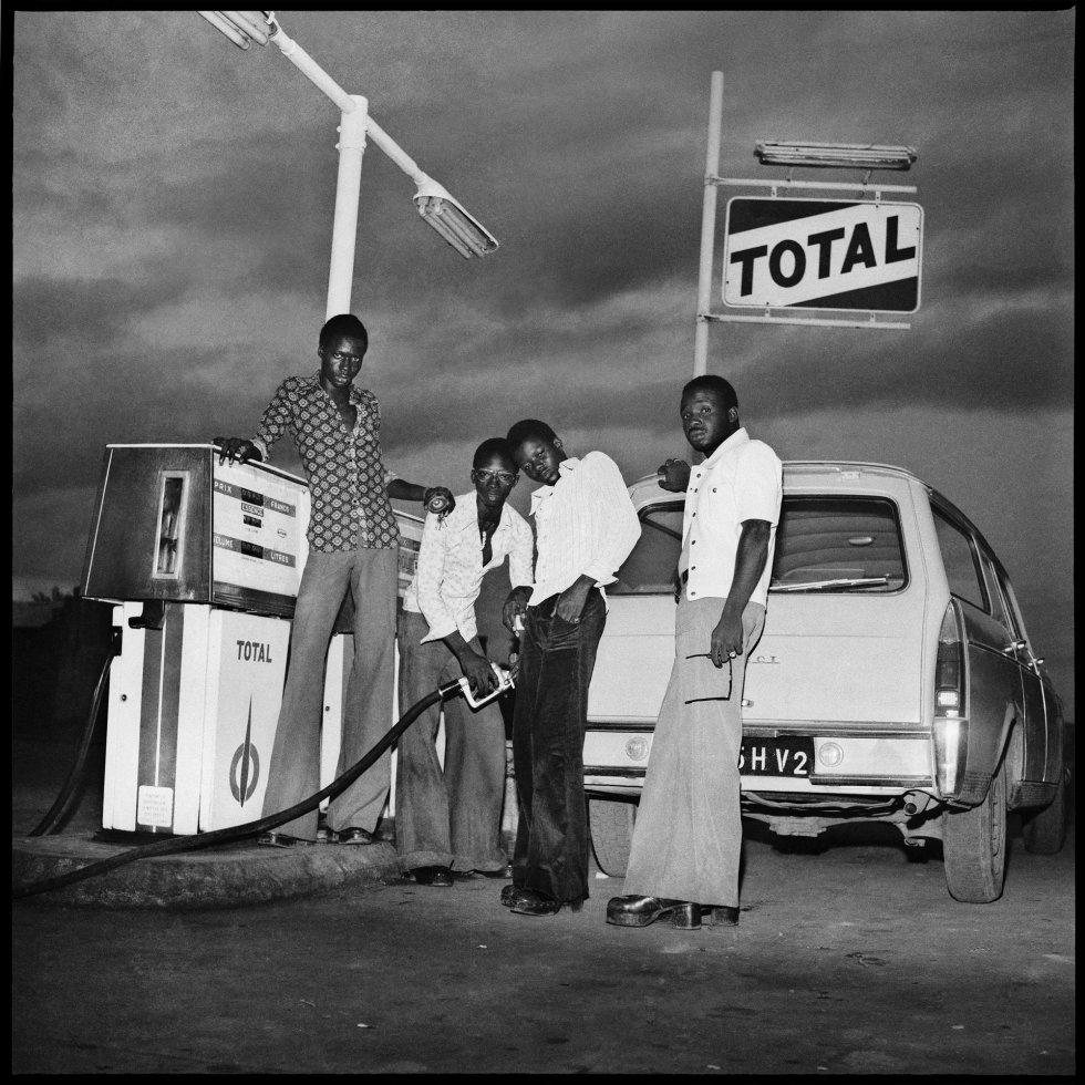 Enchendo o tanque no posto Total a caminho de Banfora, 1974