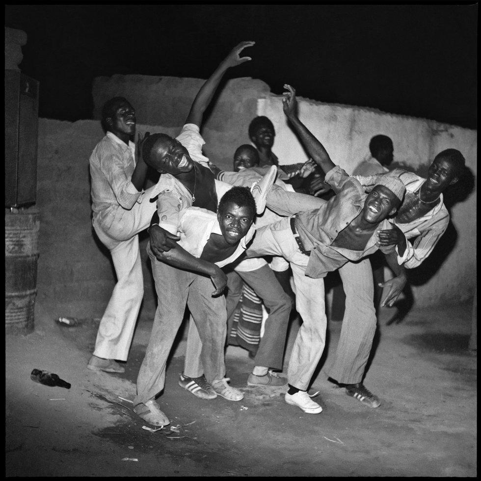 Jovens de Dogona divertindo-se, 1980
