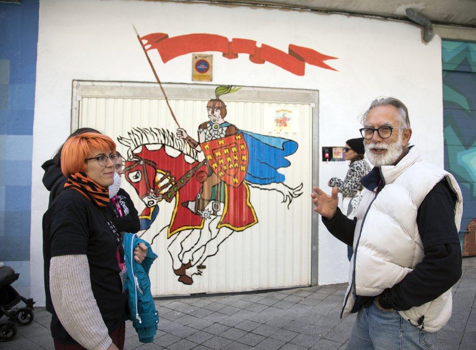 """""""¡No es El Cid!"""", recuerda a cada instante José Vicente Ledesma, artista y vecino. Él mismo ha pintado la puerta de su garaje. """"Se trata de Bernardo del Carpio. Mataron a este hombre y yo quiero resucitarlo"""", les explica a otros concursantes que se acercan a ver su creación. El ilustre personaje es un caballero medieval que se mueve entre la leyenda y la realidad. Con la misma solemnidad, Ledesma explica el origen del hornazo, una empanada de carne de cerdo típica de la región, en la comida de confraternación que ZOES organiza en su sede."""