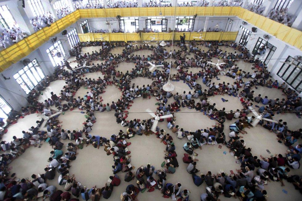 Una multitud de estudiantes se sienta en círculos mientras asisten a un recital del Corán durante el primer día del sagrado mes de ayuno del Ramadán, en el internado islámico Ar-Raudlatul Hasanah, en Medan, Sumatra del Norte (Indonesia), el 6 de mayo de 2019.