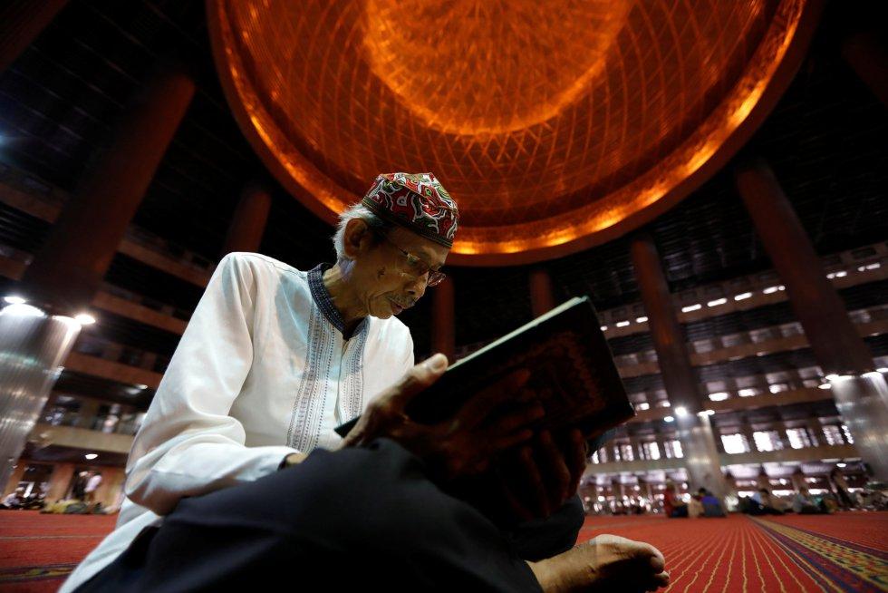 Un musulmán indonesio lee el Corán mientras espera el Iftar durante el mes sagrado del Ramadán en la mezquita Istiqlal en Yakarta, Indonesia, el 7 de mayo de 2019.