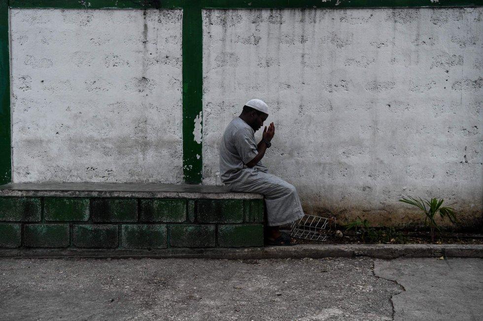 Un devoto musulmán durante una ofrenda antes del Iftar, la comida después de la puesta del sol, en la mezquita Masjid At-Tawheed, el primer día del mes sagrado musulmán de Ramadán en Puerto Príncipe (Haití), el 6 de mayo de 2019. El Ramadán tiene lugar cada año en el noveno mes del calendario lunar musulmán.
