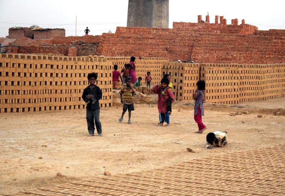 Pahasaur es mucho más que una zona de producción de ladrillos.  Es toda una infraestructura que, cada octubre, centenares de familias montan para vivir durante la temporada. Llegan desde Bihar, Bengala Occidental, Uttar Pradesh (los estados más pobres de la India), para trabajar en las fábricas ('bhattas') durante los meses de producción. Cada junio, al comienzo de los monzones, regresan a sus lugares de origen con pequeños ahorros que les permiten cultivar sus tierras y sobrevivir algunos meses.