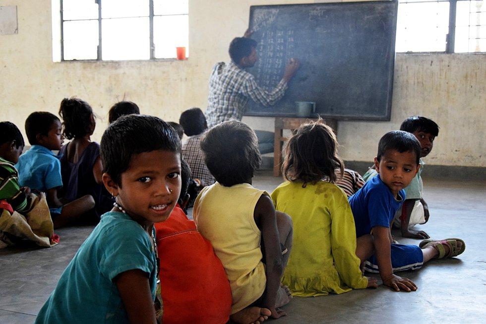 No solo son temporales sus trabajos, sino también los servicios que disfrutan en esta zona de Jarjjar, en el Estado de Haryana. La escuela donde acuden desde 2010 decenas de niños y niñas, es uno de los puntos clave donde se nota el abandono que traen consigo las lluvias de los monzones.