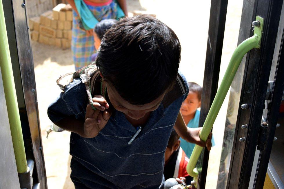 Autobús financiado por la ONG It will be y la organización Don Bosco. Los trabajadores sociales que recogen a los niños son los que más madrugan. Recorren cada mañana las más de 20 'bhattas' o fábricas a las que se atiende en esta escuela temporal, donde además los estudiantes disponen de un dispensario médico y de una comida diaria.