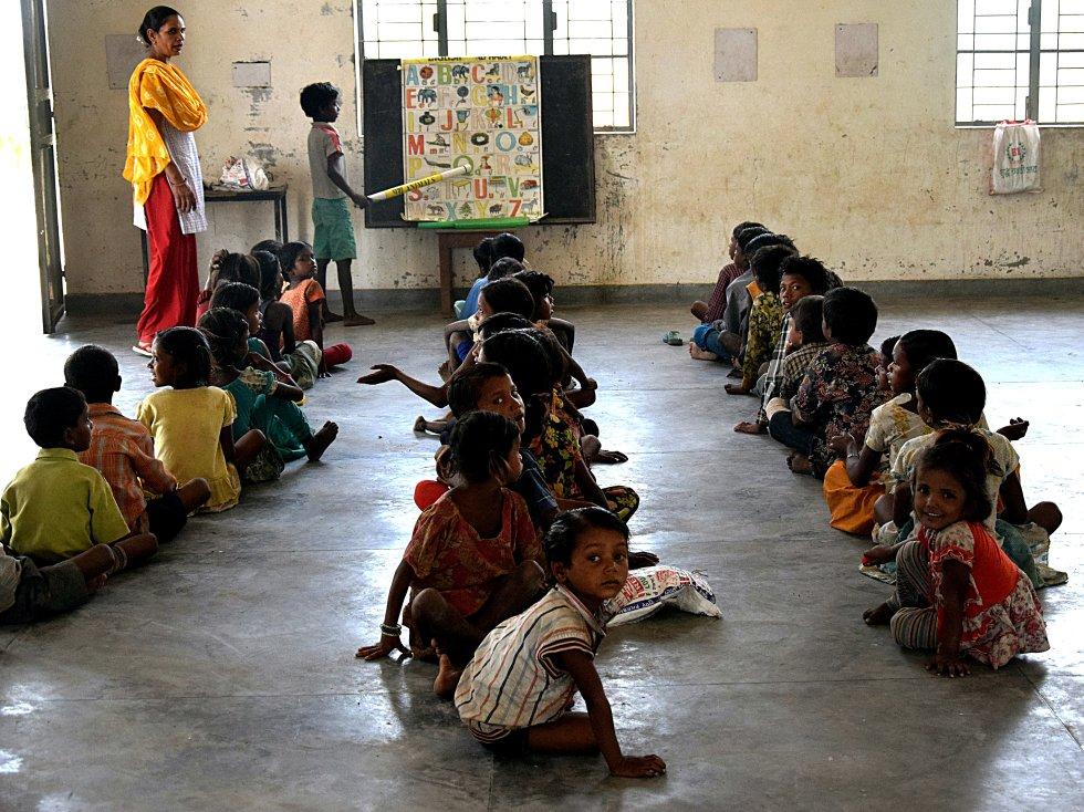 Alrededor de 100.000 personas se dedican en esta zona de la India a la producción del ladrillo. Pero cada vez son menos los niños cuyas manos se manchan con la arena y el barro de los moldes. Muchas familias entienden que sus hijos tendrán un futuro más próspero si saben leer y escribir, aunque pierdan algunas rupias. Cada día, la escuela se llena un poquito más de ilusión, alegría y trabajo.