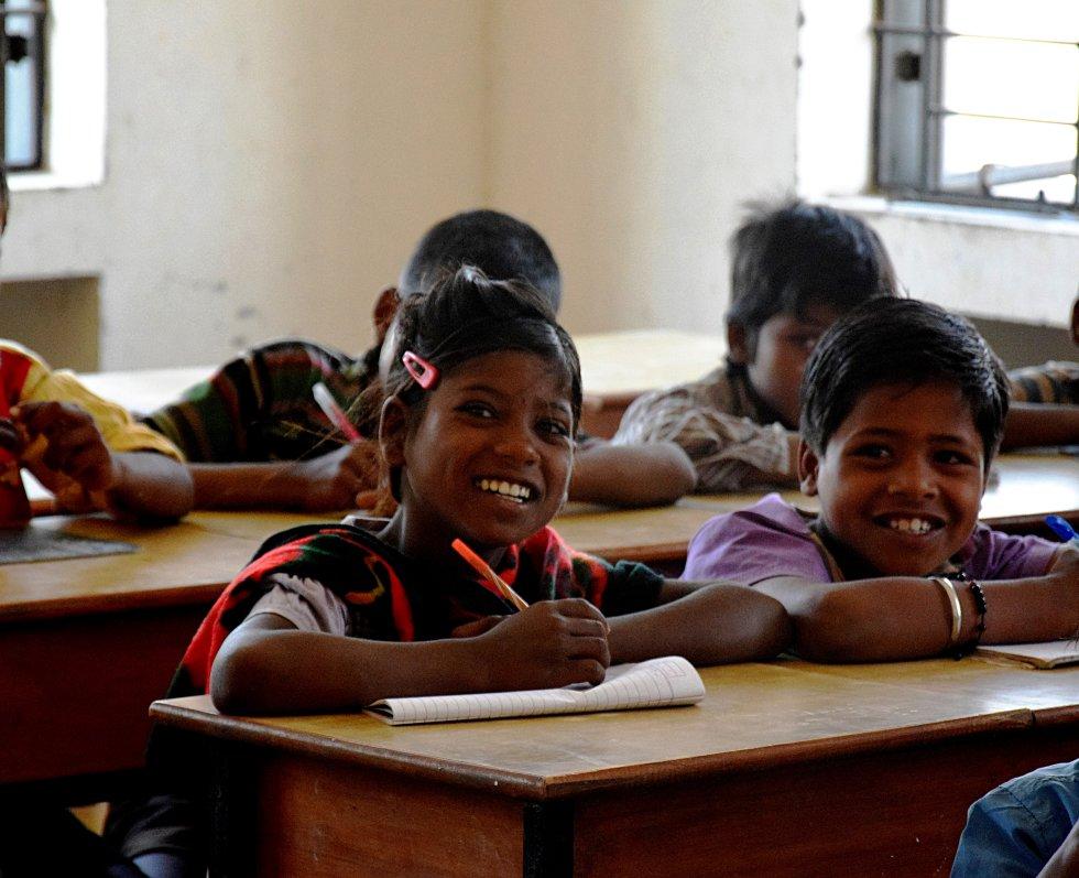 A pesar de que la tasa de alfabetización en el subcontinente supera ya el 70%, el desarrollo de las zonas rurales está aún muy por debajo. Este fenómeno afecta especialmente a los habitantes de los estados más pobres, que habitualmente se desplazan temporalmente para trabajar.  Esta temporalidad dificulta aún más el trabajo que llevan a cabo los profesionales de la escuela, que tienen que enfrentarse a unas familias reacias y que no todos los años pasarán estos meses en las 'bhattas' de Pahasaur.