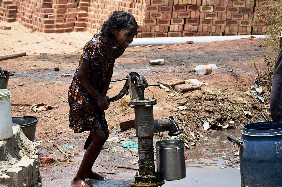 El agua es uno de los recursos más esenciales en el día a día de las fábricas. Beber, ducharse o fregar son tareas que se complican ante la falta de infraestructuras o sistemas mecánicos de recogida. Los niños y niñas siguen siendo los que, en su mayoría, se encargan de la función de recolectar el agua, que sacan de pozos manuales y portan hasta sus hogares.