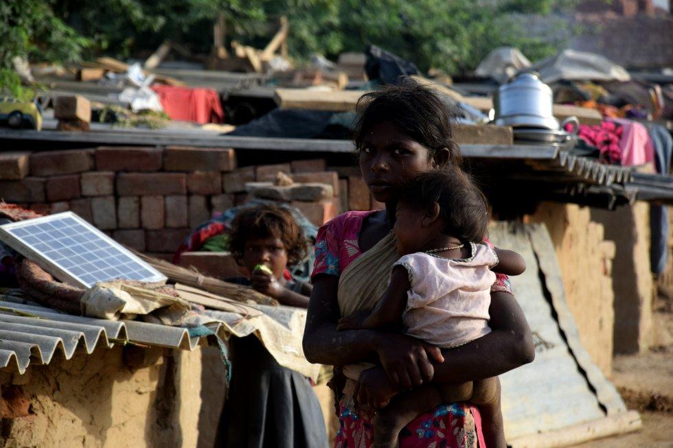 En el acceso a la educación en India sigue existiendo una brecha de género que parece estar lejos de cerrarse. Así, mientras el 81% de los chicos mayores de 15 años saben leer y escribir, solo el 60 % de las mujeres pueden hacerlo. La desigualdad en el acceso también está latente en los distintos Estados, como muestran las tasas de alfabetización, que pueden variar desde el 63% en Bihar, hasta el 94% en Kerala.