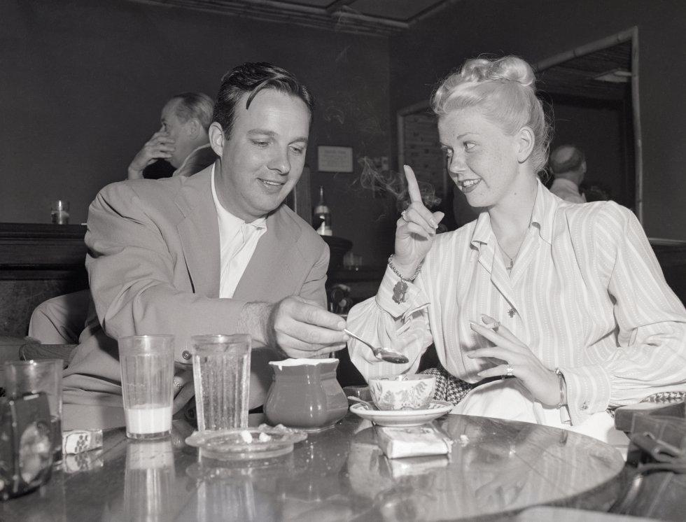 Doris Day hace una seña de advertencia sobre el azúcar mientras Bob Crosby endulza su café, el 20 de febrero de 1948.