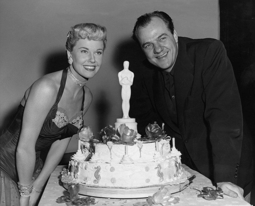 Doris Day, en una fiesta, celebra con el actor Karl Malden su Oscar al Mejor actor de reparto en 'Un tranvía llamado deseo', en 1951.