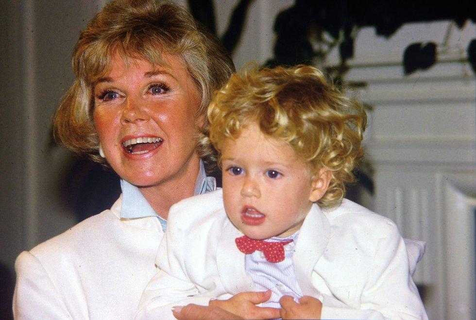 Doris Day con su nieto Ryan Melcher, hijo de su único hijo, Terry Melcher, en una conferencia de prensa en el hotel para perros que posee en Carmel, California, el 16 de julio de 1985.