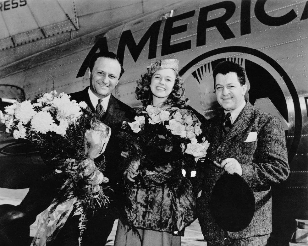 Doris Day, con 16 años, tras ganar un concurso de canto en la radio WLW de Cincinatti, su ciudad de origen. En la imagen posa junto a Barney Rapp (a la izquierda) y Joseph Cherniavsky (a la derecha) en el aeropuerto de Cincinnati.