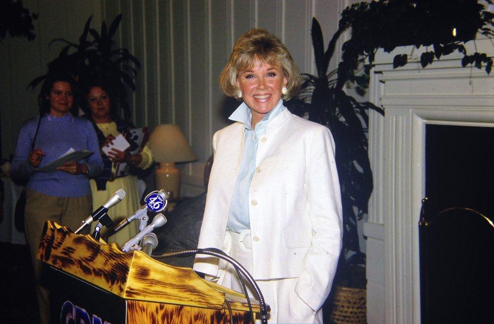 Doris Day se prepara para hablar en una conferencia de prensa en el hotel para perros que posee en Carmel, California, el 16 de julio de 1985.