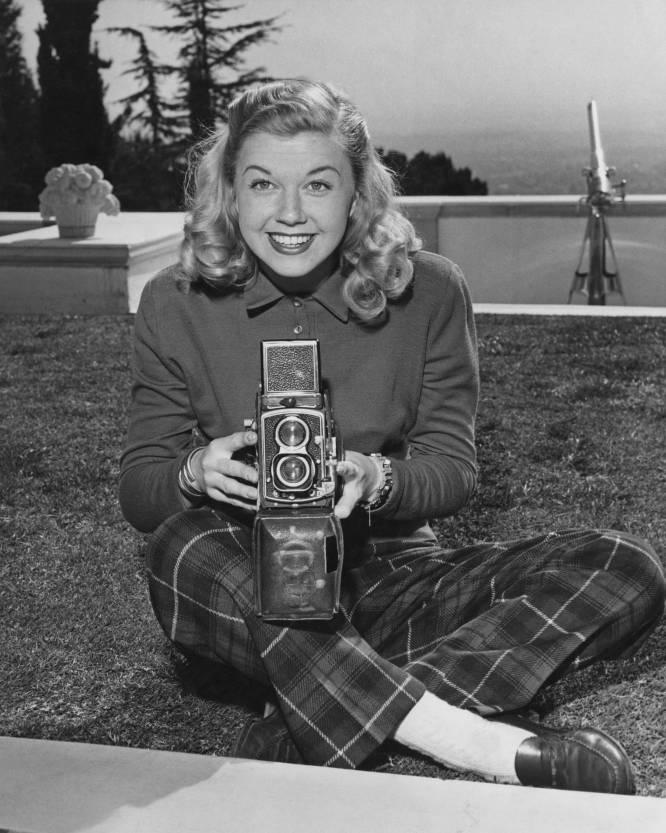 La actriz Doris Day, utilizando una cámara, en los años cincuenta.
