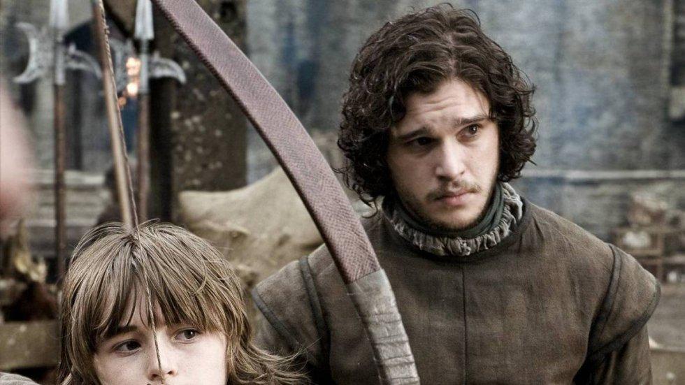 Jon Nieve aparece por primera vez en el patio de armas del castillo de Invernalia enseñando a su hermano Bran a tirar con el arco. Robb supervisa el momento. Desde el principio queda claro que es un hermano bastardo, que hay otro trato hacia él (en especial por parte de Catelyn Stark, que conoce el secreto del origen de Jon) pese a que todos los hermanos Stark le consideran uno más. Jon se presenta como alguien servicial, dispuesto a hacer cualquier cosa que Ned Stark necesite.