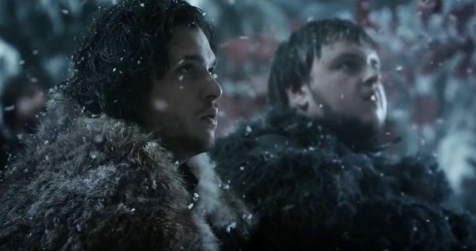 """Jon decide formar parte de la Guardia de la Noche en el Muro, un lugar donde a nadie le importa que sea un bastardo ni cuál sea su historia. Parte hacia allí antes de que Ed Stark vaya al sur para ser Mano del Rey, cuando Bran ya está insconsciente en cama y tras regalarle a Arya la espada 'Aguja' (""""les clavas la parte puntiaguda"""", le dice a la hermana pequeña, la misma frase que Arya le dice a Sansa en la última temporada). Viaja al muro con Tyrion Lannister, con el que conecta bien desde el principio. En el Muro hace el juramento de la Guardia junto a Sam."""