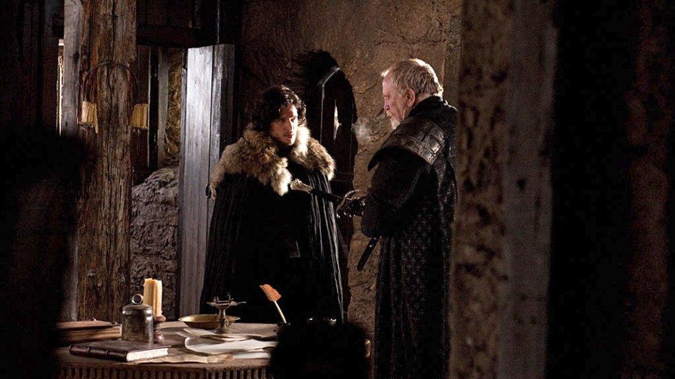 En el Muro nada es como Jon pensaba que iba a hacer. Al venir de una familia noble y estar bien preparado para luchar, es envididado y odiado. Jon tiene que hacerse respetar (enseña a un grupo de guardias a pelear). Cuando se entera de la muerta de Ned Stark, a Jon le preguntan qué se siente al ser un bastardo de un traidor. Jon reacciona de forma violenta y es confinado por el el comandante Mormont. Pero al final, Jon salva a Mormont del ataque de un caminante blanco y este acaba por regalarle una espada, Garra, de acero valirio. Gracias a esta espada Jon descubrirá más adelante que con ese tipo de acero se pueden matar a los caminantes blancos.