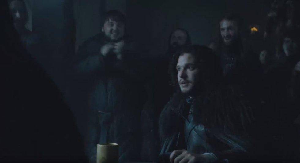 Con cara de vergüenza y sin ganas de postularse al puesto, Jon es elegido en la quinta temporada Lord Comandante de la Guardia de la Noche (por culpa de la campaña que le hace Sam). Adquirir responsabilidades que no busca es otra constante de Jon a lo largo de la serie (incluso cuando vuelve a la vida a manos de Melissandre es algo que él no ha pedido). Desde su nuevo puesto, Jon se asegura poder defenderse mejor de la amenaza de los caminantes. Eso sí, Jon acepta el puesto rechazando uno mayor: Stannis Baratheon le ofrece ser el Rey en el Norte y acabar así también con su estatus de bastardo. En el muro Jon también tiene que tomar decisiones difíciles como hacer cumplir la ley de la hermandad ejecutando de su mano a traidores y rebeldes.