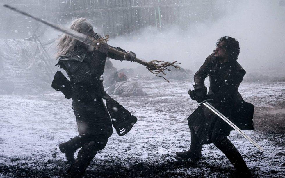 En Casa Austera, al final del Muro, Jon tiene su primer encuentro directo con los Caminantes Blancos. Un momento clave por dos motivos. Primero, porque descubre que con armas de acero valirio se puede acabar con los invasores. Segundo, porque descubre que el Rey de la Noche puede revivir para su causa a los muertos.