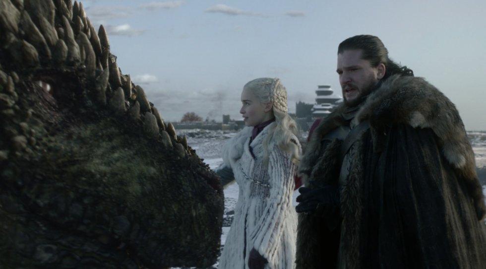 Jon y Daenerys parecen enamorarse tras certificar su unión estratégica. Ella le ayudará a combatir a los caminantes blancos. Él la apoyará en su camino a Desembarco del Rey y la proclamará su reina. Una supuesta historia de amor que se tuerce en cuanto Jon se entera de que en verdad es un Targaryen y el heredero legítimo al trono según las leyes de Poniente (es el hijo del hermano mayor de Daenerys) y se lo cuenta a ella. Jon asegura que no está interesado en el trono, pero Daenerys no se fía. A pesar de la petición de la Khaleesi de ocultar el secreto, Jon se lo cuenta a sus hermanos. Y al final se entera todo el mundo. Daenerys, decepcionada con Jon, sabe que ya no puede contar con nadie para sentarse en el trono.