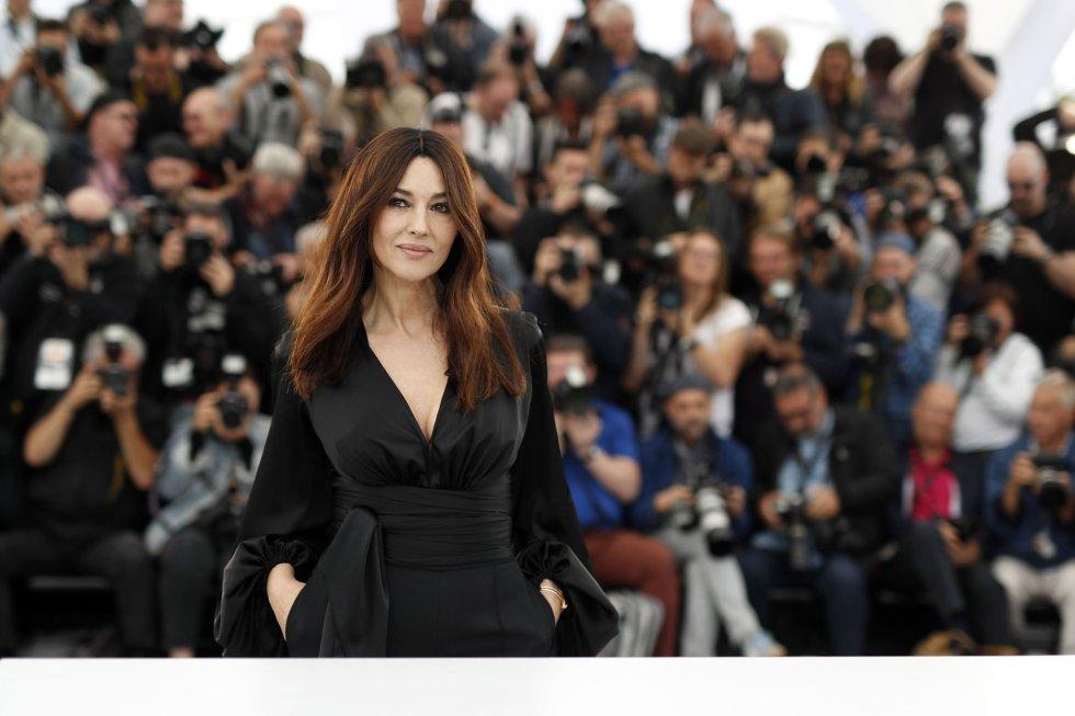 La actriz italiana Monica Belllucci posa durante el photocall de la película 'Les plus belles années d'une vie', proyectada este sábado fuera de competición en Cannes.