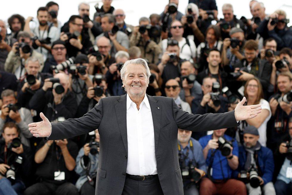 El actor francés Alain Delon posa para los medios gráficos, en Cannes.